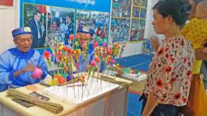 Du khách có thể tự tay thực hiện những sản phẩm thủ công yêu thích cùng nghệ nhân dân gian.