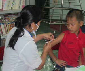 Cán bộ y tế huyện Mai Châu tiêm vắc xin sởi, rubella cho trẻ trong diện tiêm.