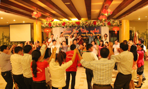 CB, PV, BTV các báo Đảng chung vui trong đêm liên hoan văn nghệ chào mừng giải thể thao Phan Si Păng 2014. Ảnh: P.V