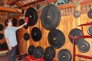 Anh Bùi Thanh Bình tại phòng trưng bày chiêng Mường cổ gồm 100 chiếc (Bảo tàng di sản văn hoá Mường) ở phường Thái Bình -TP Hoà Bình.