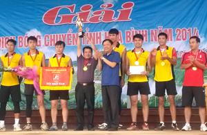 Lãnh đạo Sở VH-TT&DL trao giải nhất, cúp vô địch bóng chuyền nam cho đội Bộ CHQS tỉnh.
