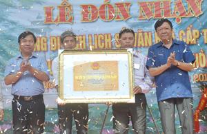 Được sự ủy quyền, lãnh đạo Sở VH-TT&DL trao bằng công nhận di tích lịch sử văn hóa cấp tỉnh đối với chùa Quất Lâm cho xã Hòa Sơn.
