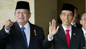 Tổng thống Widodo (phải) và nhà lãnh đạo tiền nhiệm Susilo Bambang Yudhoyono (trái) trong lễ nhậm chức sáng nay (ảnh: AP)