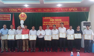 Lãnh đạo huyện Đà Bắc trao giấy khen cho cơ quan, đơn vị, doanh nghiệp đạt chuẩn văn hóa tiêu biểu xuất sắc giai đoạn 2009 – 2014.