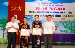 Lãnh đạo Sở GD&ĐT trao giấy khen cho các tập thể điển hình tiên tiến xuất sắc của ngành GD&ĐT huyện Đà Bắc.