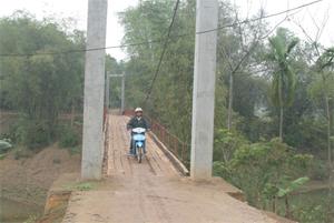 Cầu Đôm Bán được xây dựng và đưa vào khai thác năm 2013 bảo đảm việc đi lại của nhân dân xã Định Cư và một số xã trong khu vực.