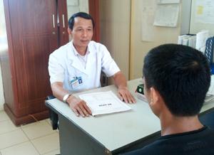 Bác sỹ Nguyễn Văn Thái, Trưởng phòng khám ngoại trú người lớn, Bệnh viện Đa khoa huyện Lạc Sơn tư vấn cho người bệnh.