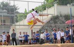 Nhiều huyện, thành phố tổ chức HKPĐ quy mô và bài bản, đạt chất lượng cao. Ảnh: Thi đấu môn nhảy cao nữ THCS huyện Lạc Sơn tại HKPĐ huyện năm 2014.