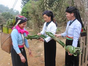 Phụ nữ dân tộc Tày, xã Mường Chiềng (Đà Bắc) giữ gìn bản sắc văn hóa qua trang phục, lời ăn tiếng nói giao tiếp hàng ngày.