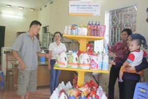 Điểm Bưu điện văn hoá xã Tây Phong (Cao Phong) triển khai bán hàng tiêu dùng về nông thôn cho người dân trên địa bàn.