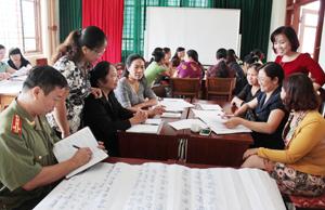 Các đại biểu sôi nổi thảo luận tại hội thảo.