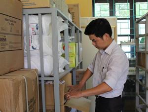 Cán bộ Trung tâm DS/KHHGĐ huyện Cao Phong chuẩn bị vật tư nhằm cấp phát đầy đủ, kịp thời các phương tiện tránh thai hiện đại cho Ban DS/KHHGĐ các xã, thị trấn.