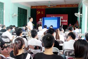 Các đại biểu được thông tin về tình hình tai nạn giao thông trên địa bàn tỉnh 10 tháng qua.
