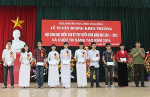 Vũ Mạnh Hùng (thứ 3 từ phải sang) và Nguyễn Ngọc ánh Trang (thứ 5 từ phải sang) tại lễ tuyên dương, khen thưởng học sinh đạt điểm cao trong kỳ thi đại học, cao đẳng năm 2014.