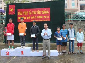 Đại diện Trung tâm VH-TT huyện Đà Bắc  trao thưởng cho các  VĐV đạt thành tích cao ở nội dung nam trẻ tại giải việt dã truyền  thống huyện năm 2014.