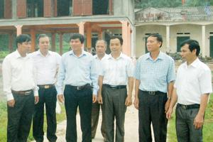 Đồng chí Trần Đăng Ninh, Phó Bí thư Thường trực Tỉnh ủy tìm hiểu công tác xây dựng Đảng và phát triển KT-XH tại xã Sơn Thủy (Kim Bôi). Ảnh: P.V