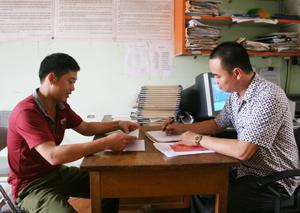 Cán bộ, công chức xã Tử Nê (Tân Lạc) luôn nâng cao tinh thần trách nhiệm thực thi công vụ, phục vụ nhân dân. Ảnh: V.L