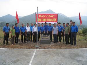 Đại diện Ủy ban Hội LHTN huyện Kỳ Sơn bàn giao sân bóng chuyển cho xóm Nưa, xã Độc Lập.
