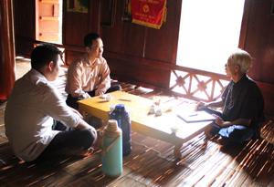 Ông Dựng (ngồi bên phải) - Người trưởng thôn gương mẫu, tận tụy, trách nhiệm với công việc.