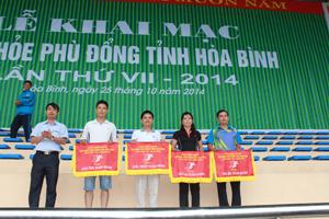 BTC trao cờ, giải thưởng toàn đoàn cho các phòng GD&ĐT huyện, thành phố tại môn thi điền kinh.