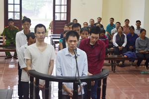 """""""Hỗn chiến"""" giữa 2 nhóm công nhân - 3 anh em ruột cùng hầu tòa"""
