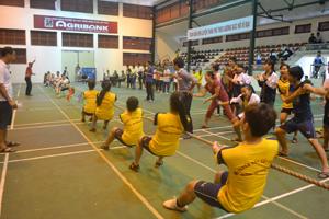 Trận chung kết kéo co nam - nữ phối hợp THPT giữa trường THPT Đoàn Kết và THPT Công Nghiệp.