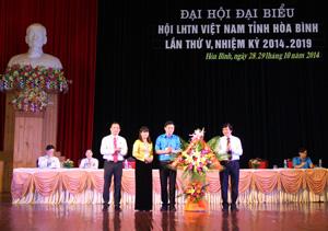 Đồng chí Trần Đăng Ninh, Phó Bí thư TT Tỉnh ủy tặng hoa chúc mừng Đại hội.
