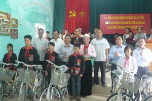 Đồng chí Đào Xuân Cần, Chủ tịch Liên minh HTX Việt Nam (người đứng thứ 3 từ trái sang) tặng xe đạp cho các em học sinh nghèo vượt khó tại HTX nông lâm nghiệp bản Dao xã Thống Nhất (TPHB).