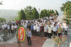 Đoàn nghệ nhân Mo dân tộc Mường dâng hương tại Tượng đài Bác Hồ.