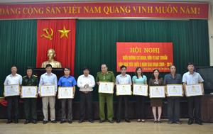 Lãnh đạo huyện Kim Bôi trao giấy khen cho các cơ quan, đơn vị đạt chuẩn văn hóa giai đoạn 2009 – 2013.