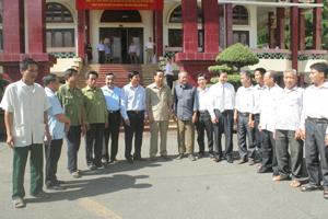 Các đồng chí lãnh đạo tỉnh trò chuyện với các nghệ nhân Mo dân tộc Mường.