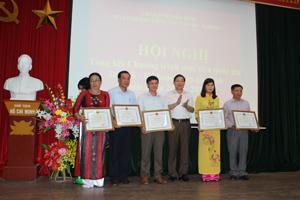 Đồng chí Bùi Văn Cửu, Phó Chủ tịch TT UBND tỉnh, trưởng BCĐ công tác DS-KHHGĐ tỉnh trao bằng khen của UBND tỉnh cho các tập thể có thành tích xuất sắc trong công tác DS-KHHGĐ giai đoạn 2011 – 2015.