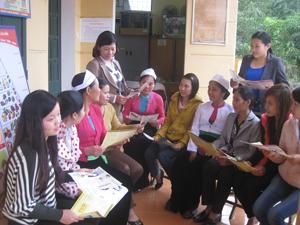 Cán bộ Chi cục DS/ KHHGĐ tổ chức truyền thông, tư vấn tại xã Dân Chủ (TP Hòa Bình).