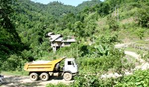 Nhiều hộ dân xã Phuc Sạn (Mai Châu) hiện vẫn sống tại những khu vực xen suối, gây nguy hiểm trong mùa mưa lũ.
