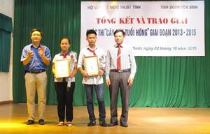 Đại diện BTC trao giải cho tác giả đạt giải cao tại cuộc thi.