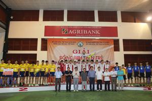 Các đồng chí lãnh đạo Tỉnh uỷ, UBND tỉnh, Tổng cục TDTT, Sở VH,TT&DL tỉnh trao cúp vô địch và phần thưởng cho các đội nhất, nhì, ba nội dung bóng chuyền nam.