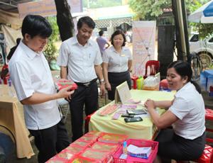 Lãnh đạo huyện Lạc Sơn và Bưu điện tỉnh tham quan hoạt động doanh đa dịch vụ tại điểm Bưu điện văn hóa xã Ân Nghĩa (Lạc Sơn).