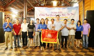 Trao cờ luân lưu đăng cai giải thể thao tuổi trẻ báo Đảng năm 2016 giữa chi đoàn Báo Hòa Bình và Báo Yên Bái.