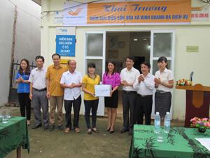 Đại diện tỉnh Đoàn thanh niên trao tặng quà bưu điện văn hóa xã Dũng Phong.