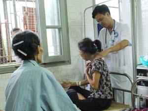 Bác sỹ khám và điều trị cho bệnh nhân tại Khoa phẫu thuật thần kinh và ung bướu - Bệnh viện Đa khoa tỉnh.