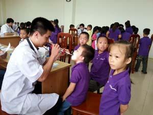 Học sinh trường tiểu họcThịnh Lang - TP Hòa Bình được khám - chữa bệnh bằng BHYT. Ảnh: Hồng Nhung.