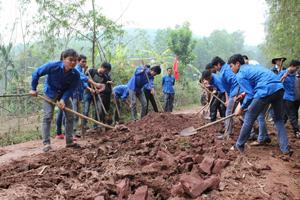 ĐV-TN huyện Lạc Sơn tham gia làm đường GTNT tại xã Ân Nghĩa, hưởng ứng chiến dịch thanh niên tình nguyện hè năm 2015.  Ảnh: P.V