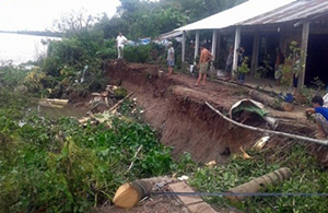 Nhà dân ở ấp Bình Chánh Tây, xã Tam Bình, huyện Cai Lậy, Tiền Giang sắp sụp đổ do sạt lở đất.