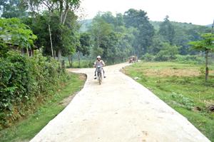 Tuyến đường xóm Múc (nhánh Gốc Đa - đồi Đa) dài gần 500 m vừa được hoàn thành và đưa vào sử dụng cuối tháng 9, trong đó, nhân dân hiến gần 700 m2 đất, đóng góp ngày công trị giá gần 50 triệu đồng.