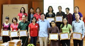 Lãnh đạo BVĐK tỉnh tại buổi gặp mặt, tri ân các nhà hảo tâm có nhiều hoạt động thiện nguyện với bệnh nhân nghèo.