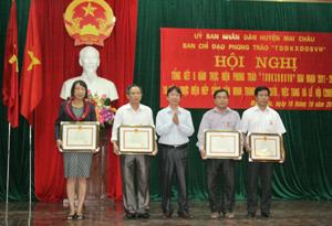"""Lãnh đạo Sở VH-TT&DL trao kỷ niệm chương """"Vì sự nghiệp VH-TT&DL"""" cho các cá nhân."""