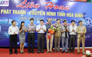 Đồng chí Nguyễn Văn Chương, Phó Chủ tịch UBND tỉnh tặng hoa chúc mừng các thành viên ban giám khảo tại liên hoan.