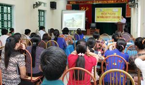 Cán bộ Ban gia đình và xã hội (Hội LHPN tỉnh) tuyên truyền ý nghĩa, mục đích Dự án CHOBa tại xã Thái Thịnh.