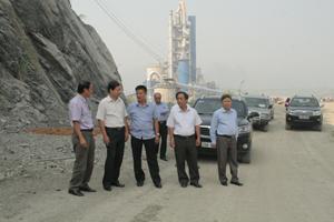 Đồng chí Bùi Văn Cửu, Phó Chủ tịch TT UBND tỉnh và lãnh đạo các sở, ngành thăm thực tế khu khai thác nguyên liệu nhà máy xi măng Trung Sơn.
