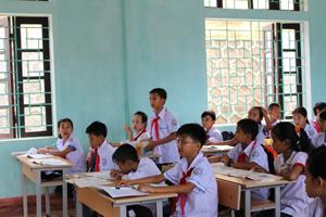 Trẻ em trên địa bàn được đảm bảo về quyền học tập, vui chơi ảnh: Học sinh trường THCS TT Cao Phong đóng góp ý kiến xây dựng bài trong giờ địa lý